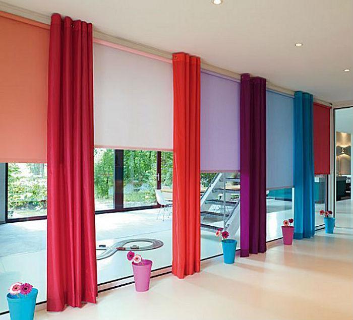 Рулонные и вертикальные жалюзи подходят для оформления маленьких окон и больших проемов