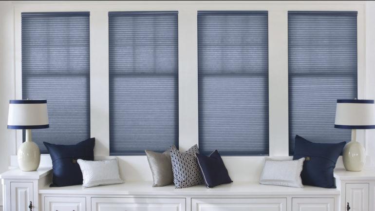 Когда окна находятся над диваном, то такие занавеси будут весьма кстати