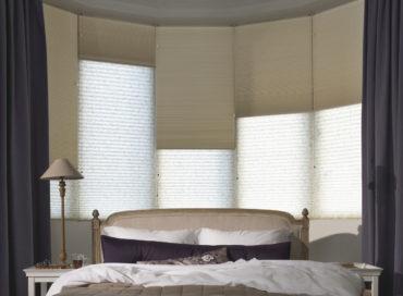 Баклажановый цвет для штор в спальне