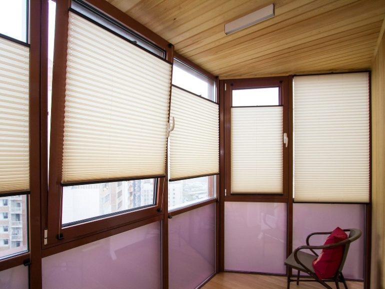 Очень удобно использовать шторы плиссе отдельно для каждой створки