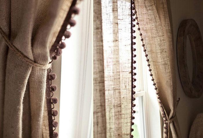 На фото представлены шторы со льна. Фактура материала исполнена в мелкую клетку, благодаря чему шторы хорошо пропускают воздух