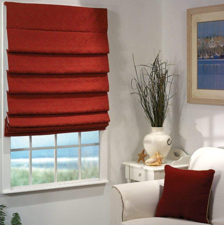 Узкий оконный проем удачно оформят рулонные шторы красного цвета