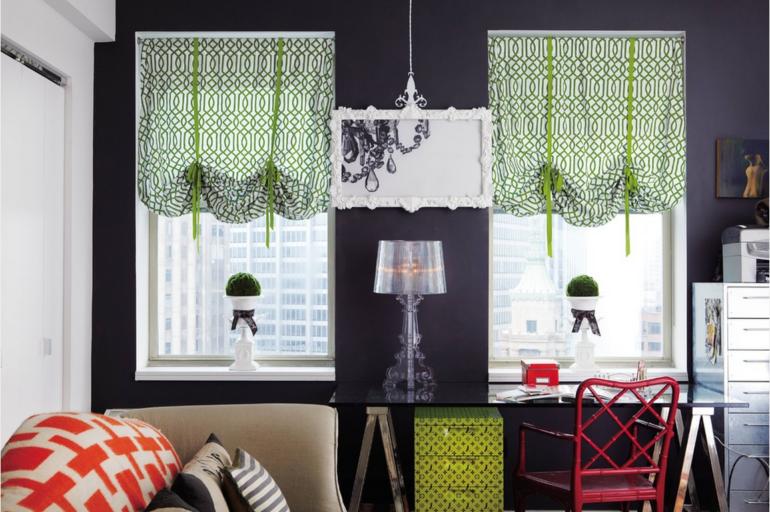 Австрийские занавески красиво украсят маленькие окна в спальне