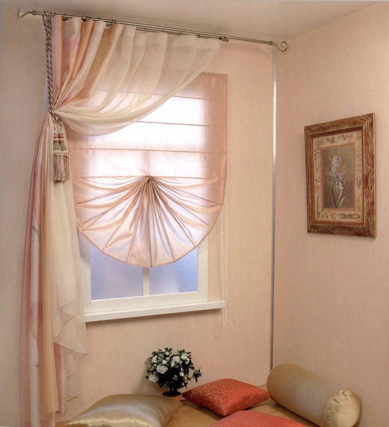 Светлые воздушные занавески зрительно увеличивают компактное окно