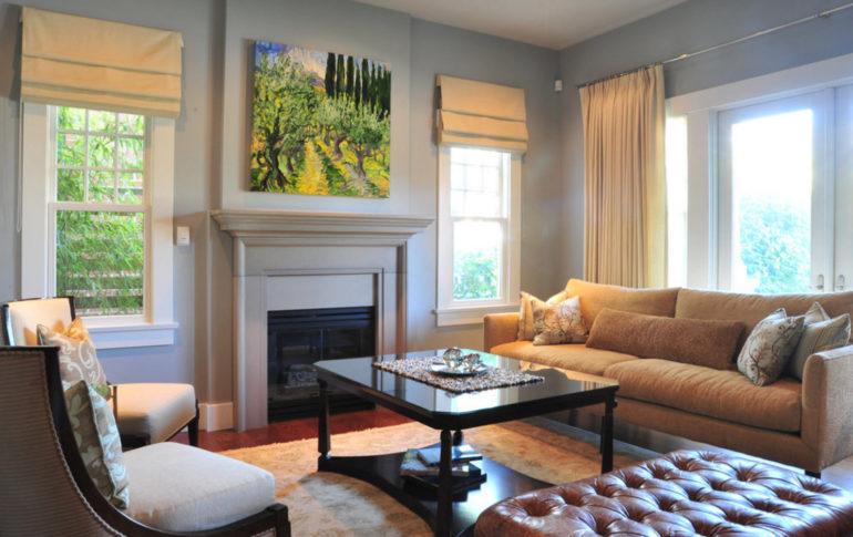 Гостиная с маленькими окнами будет уютной если дополнят интерьер римские шторы