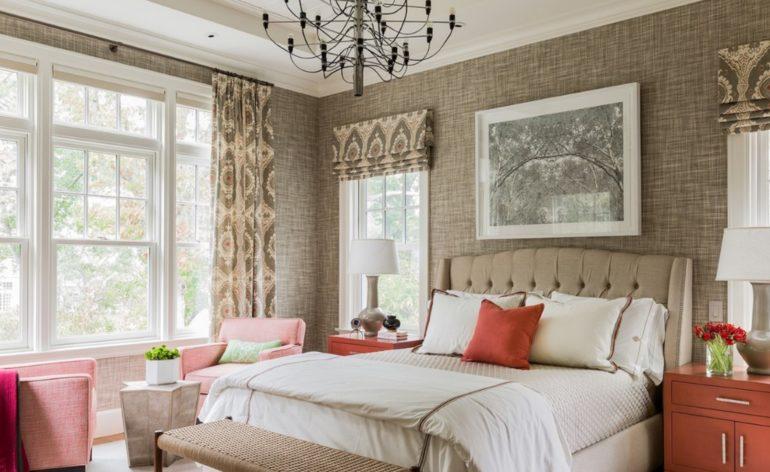 В спальне с большими и маленькими окнами для вторых подойдут римские шторы