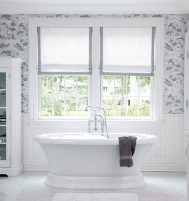 белая ванна и римские шторы