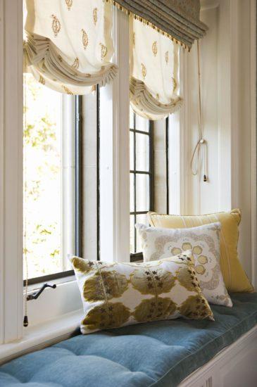 диванчик возле окна