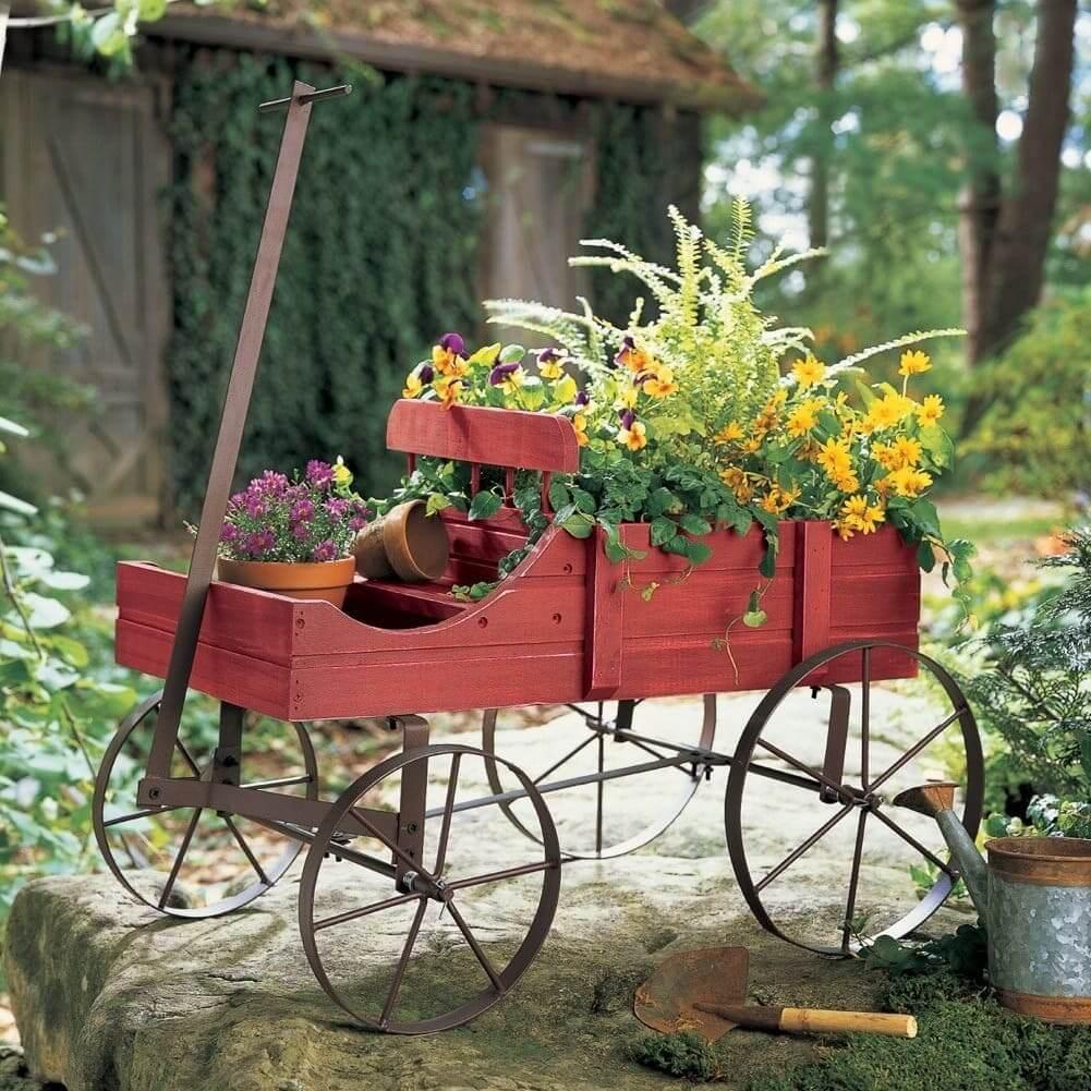 Стильная ухоженная телега с красивыми цветами