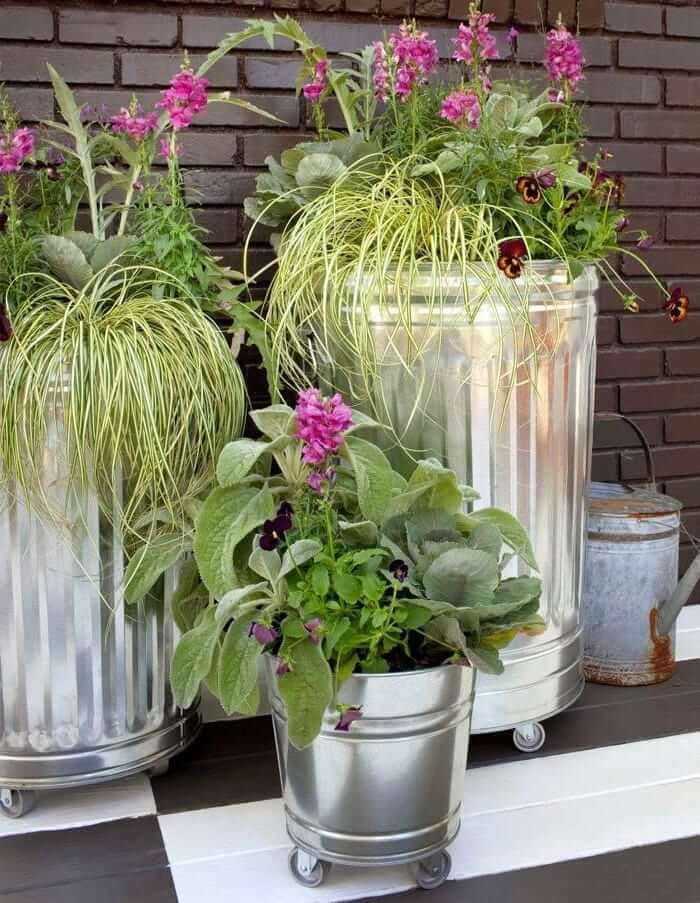 Оригинальная идея использования мусорных баков в качестве цветочных кашпо