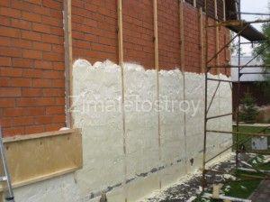 Напыление пенополиурета на стены