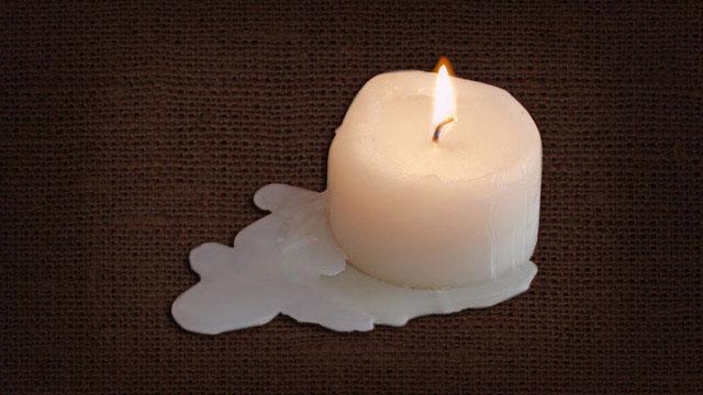 Горящая свеча на ткани