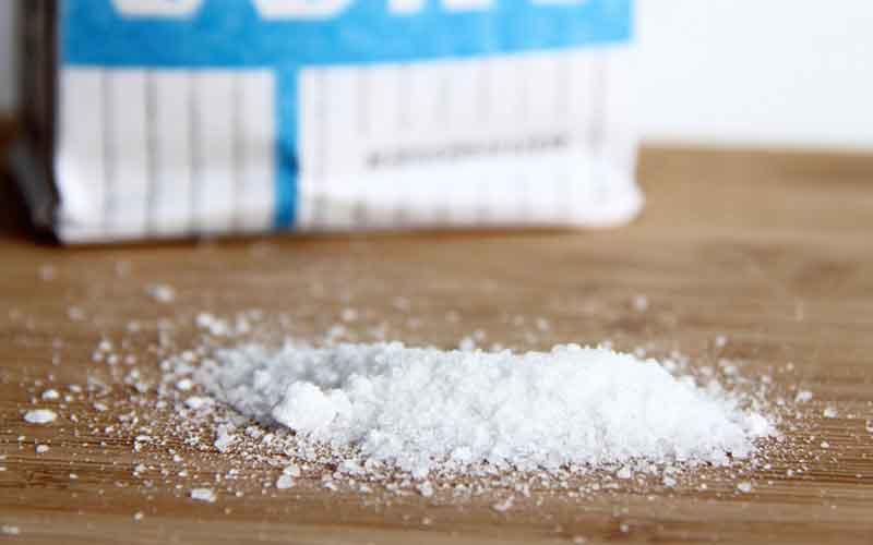 Фото: Соль эффективно выводит различные загрязнения с одежды