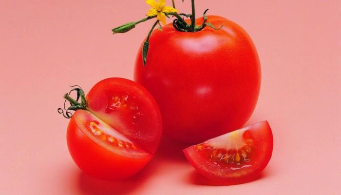 Спелые красные помидоры на столе