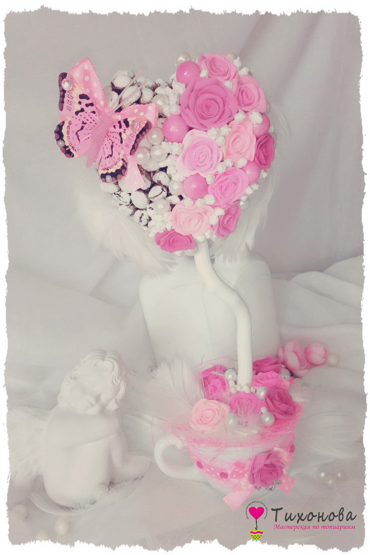 Топиарий На крыльях любви с кофейными зернами и розовыми розами в белой керамической чашке