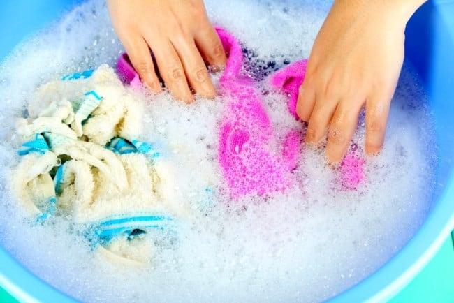 Хозяйственное мыло хорошо справляется со свежими пятнами от красителей