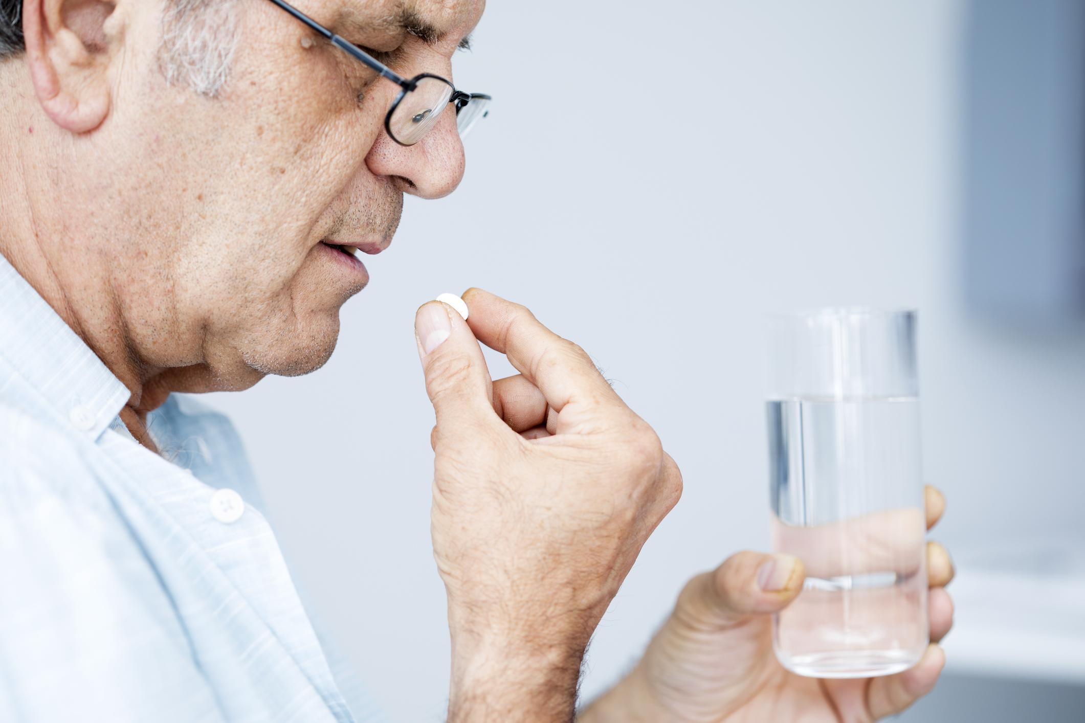 Взрослым могут быть прописаны препараты для лечения