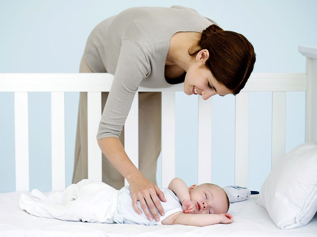 присматривать за ребенком во время сна