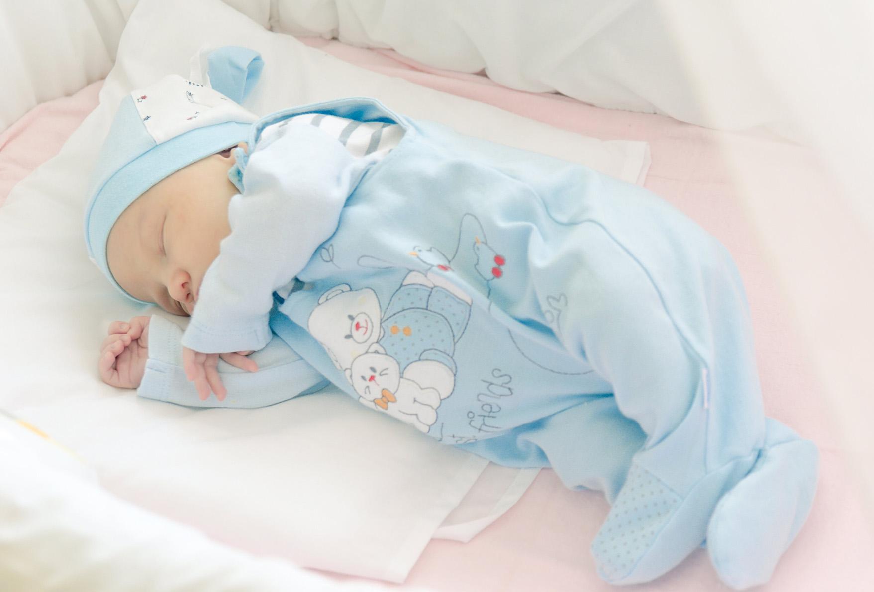 На каком боку спать новорожденному